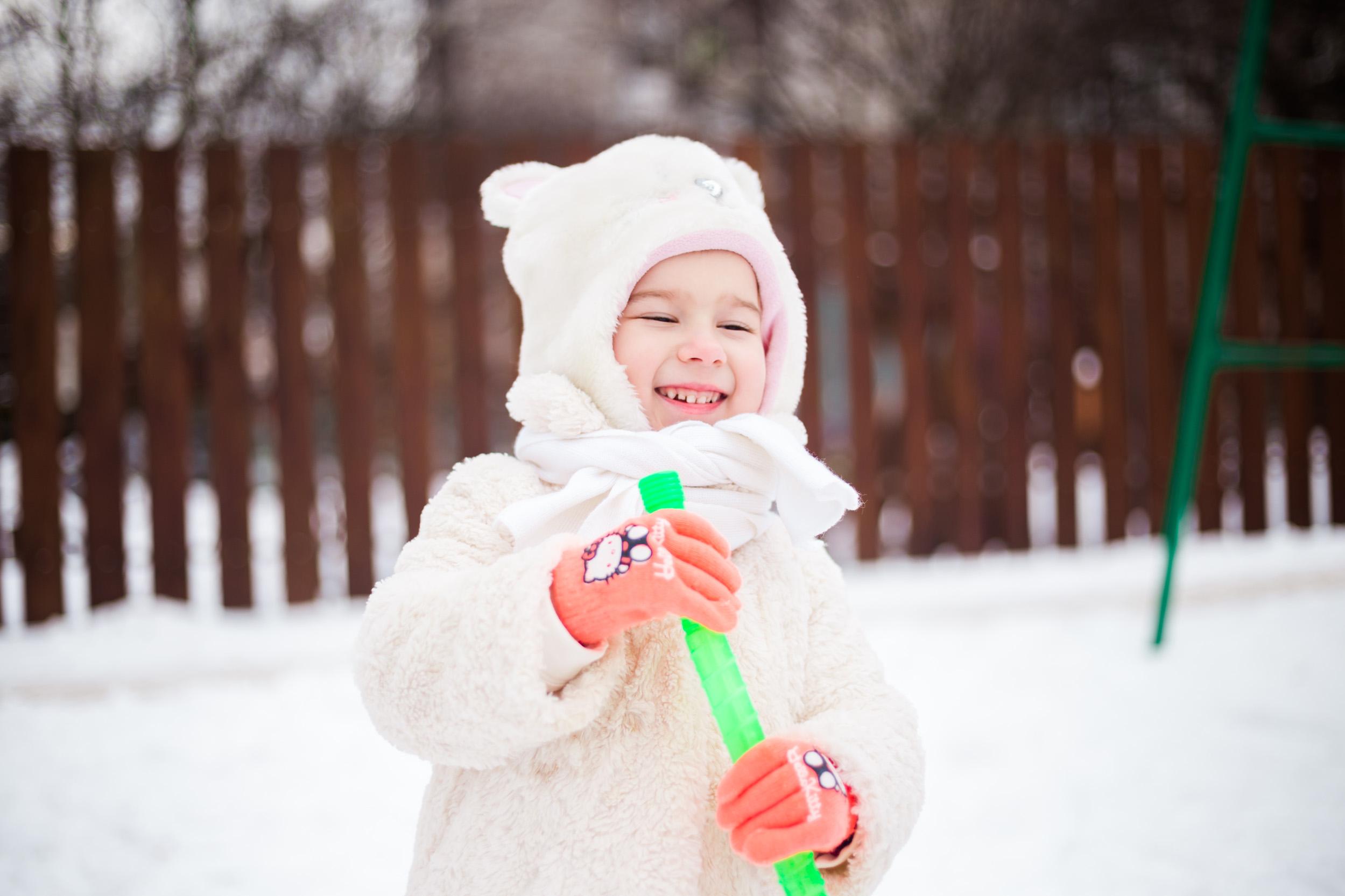 зимняя детская фотосессия, красивая девочка зимой фото, детский фотограф киев фото, маленькая девочка зимой играет с мыльными пузырями