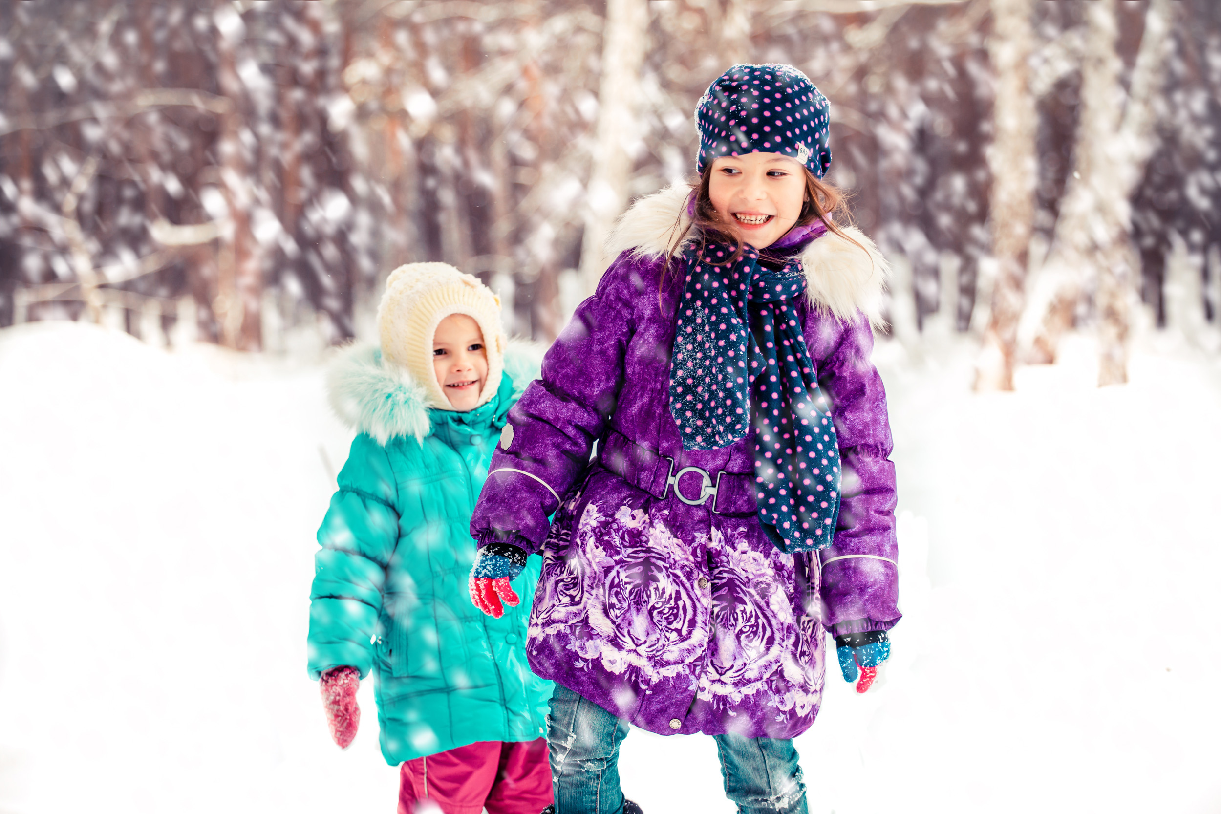 зимняя фотосессия детей в лесу, фото сестренок в зимнем лесу, детский фотограф зимние фото Киев, новогодняя сьемка детей киев, две сестренки зимой в лесу фото