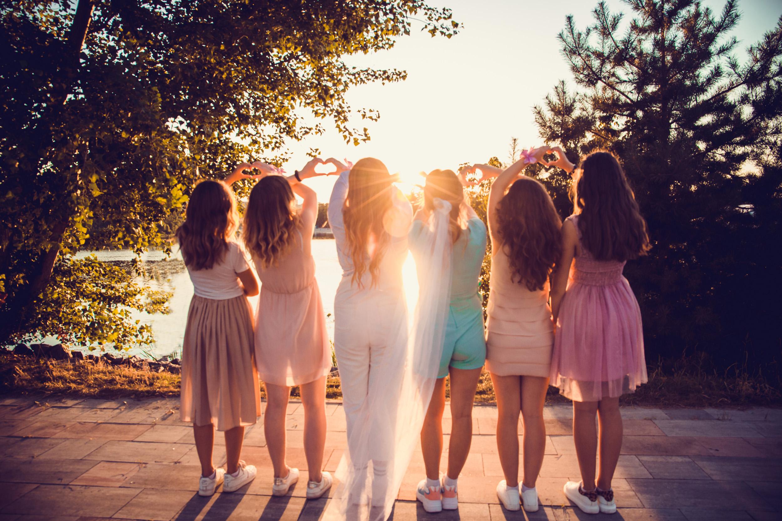 показывают сердечки руками, фотограф девичников в городе Киеве идеи фотосьемки подружек,