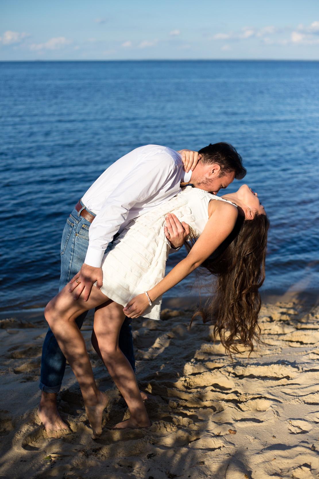 Лавстори на берегу моря, влюбленная пара на берегу моря, прогулка по песку