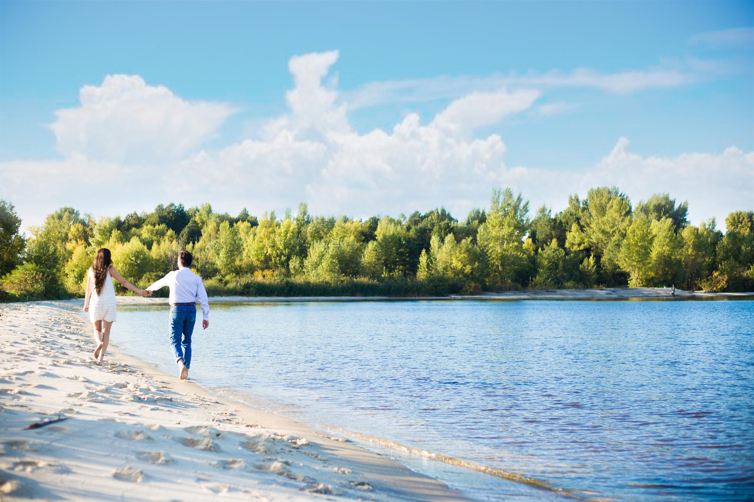 Love story фотосессия, босиком по пляжу, идут по пляжу