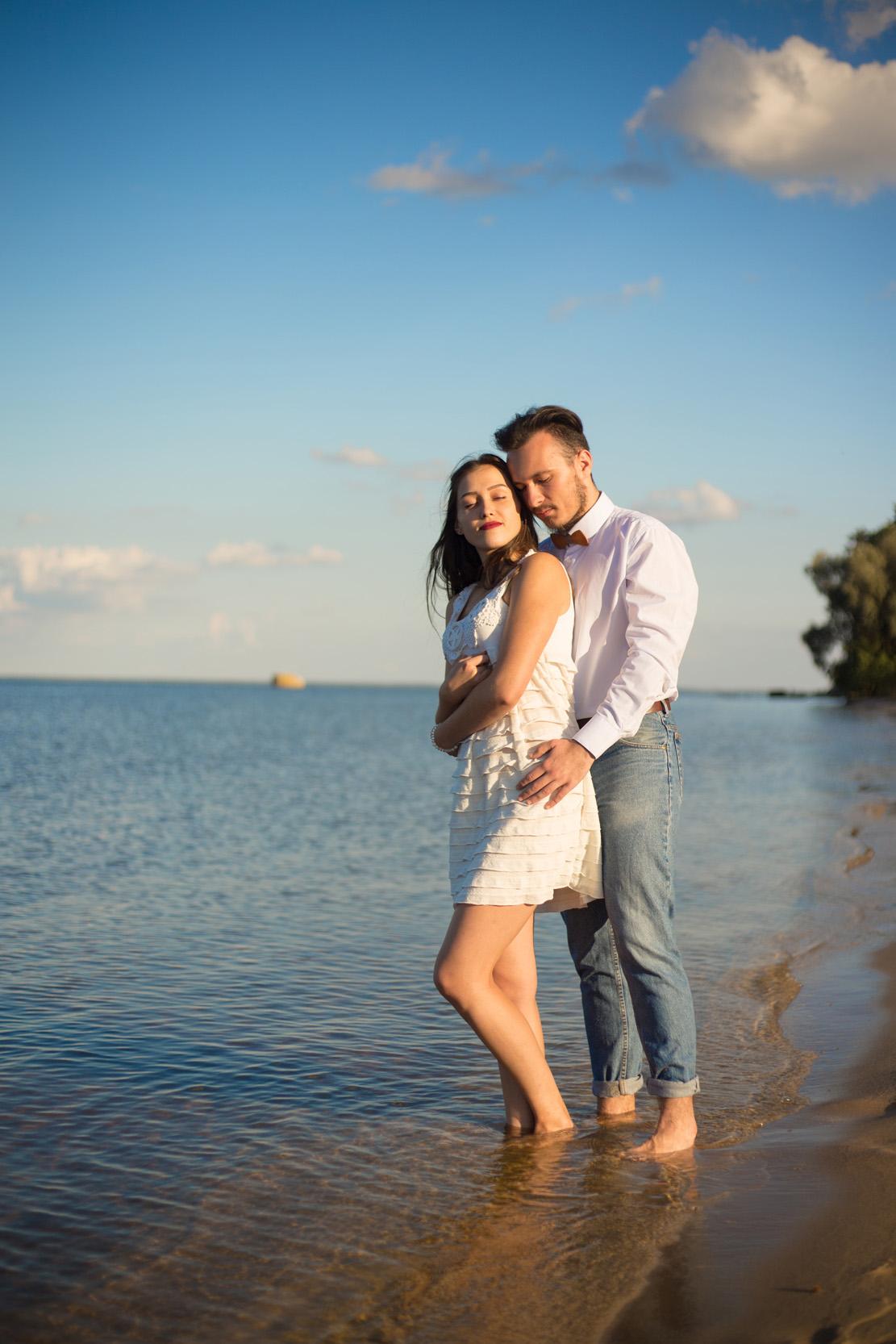 Пара на берегу моря, фотосеесия на берегу