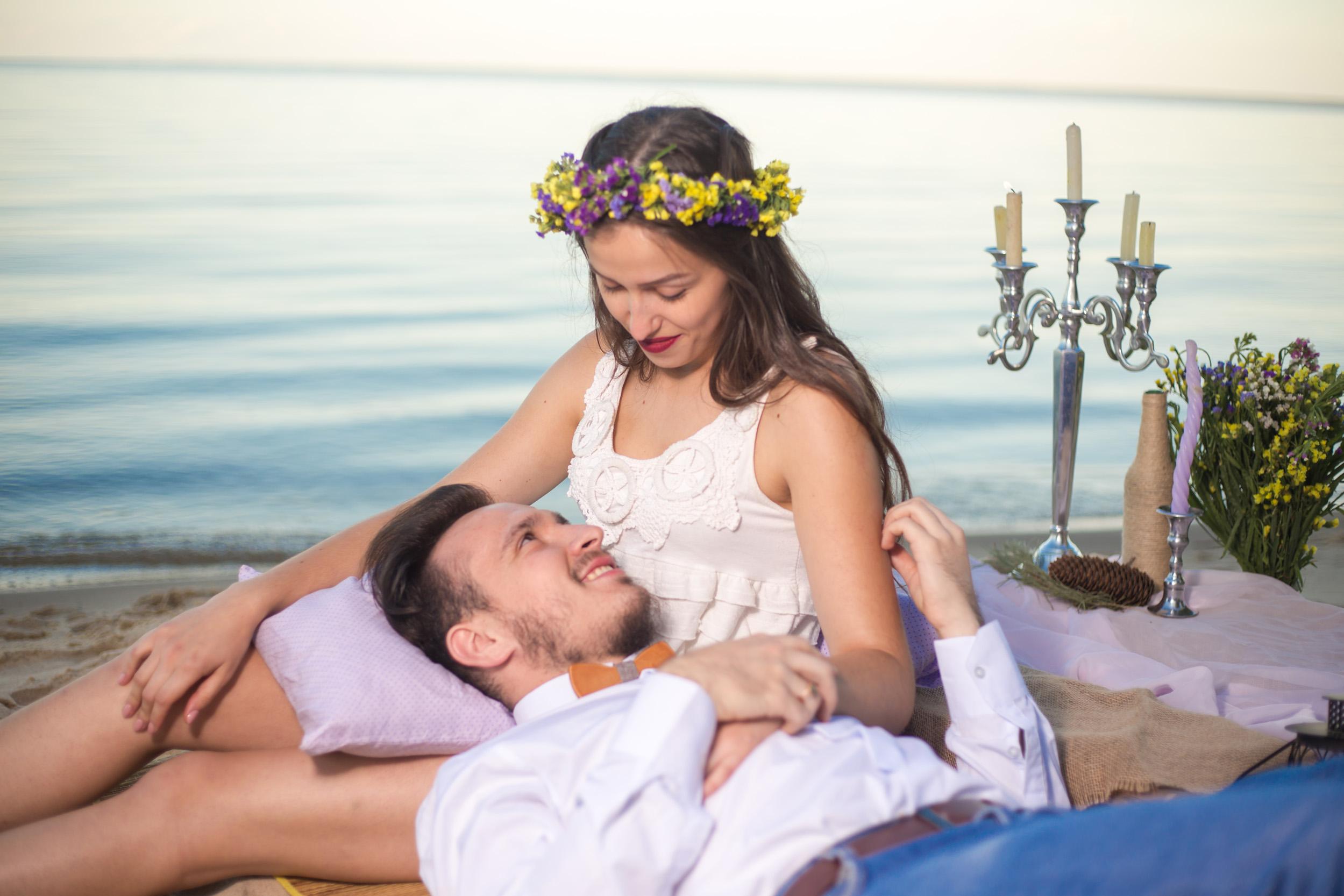 пикник на пляже, влюбленная пара на берегу, пикник на песке