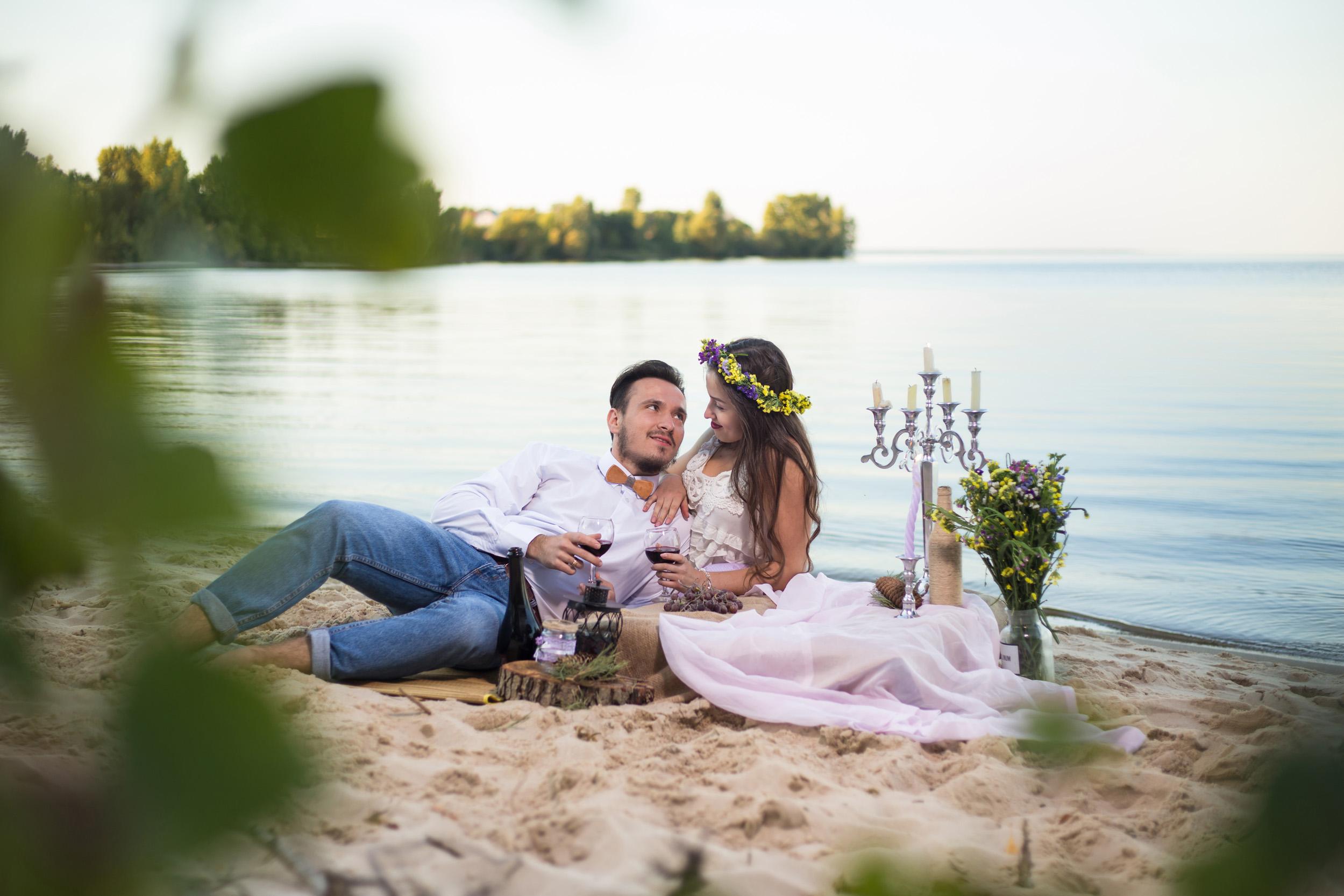 идея для фото пикник на берегу моря, Лавстори на берегу моря