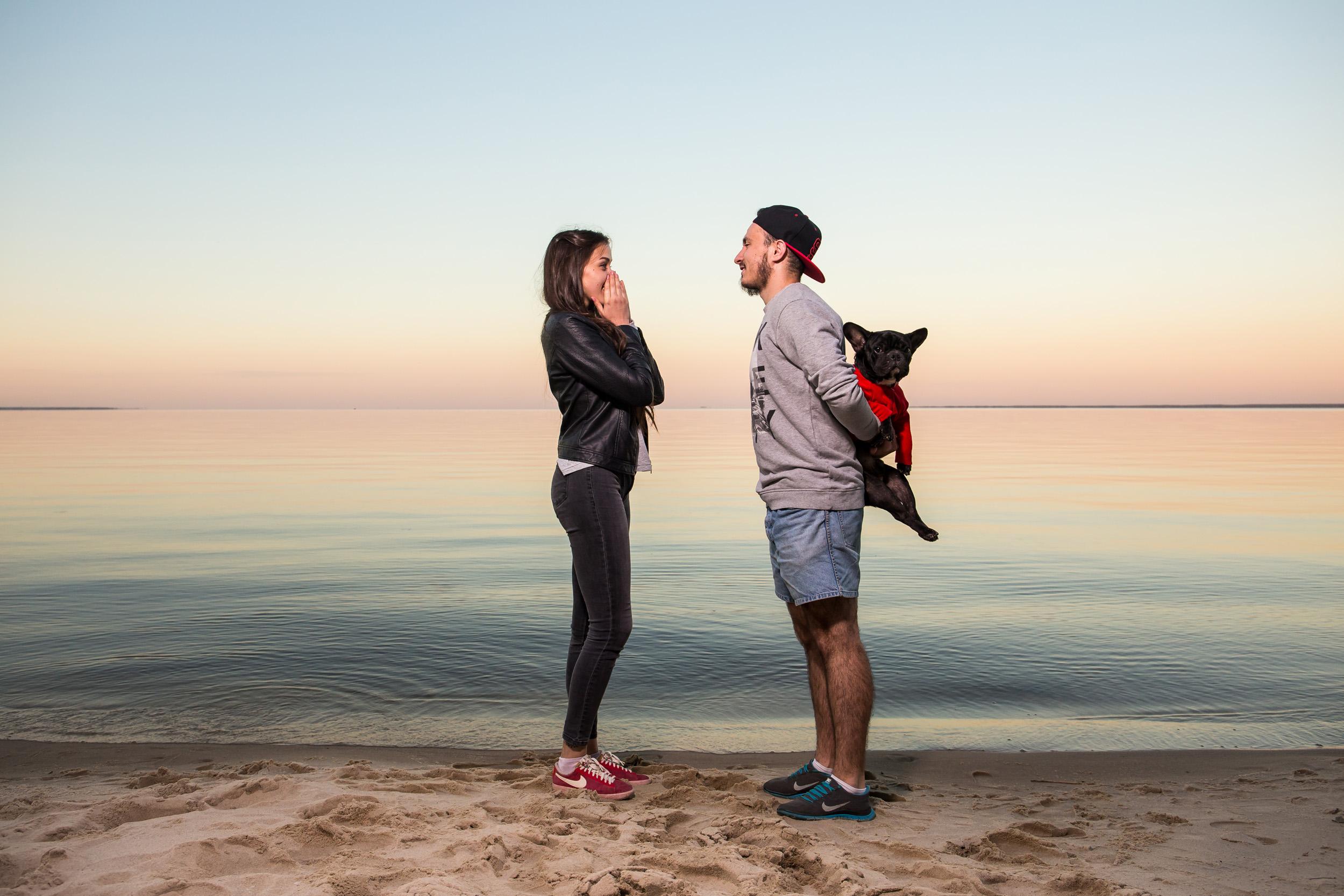 Дарит собаку девушке, подарил собаку на пляже, лавстори на киевском море