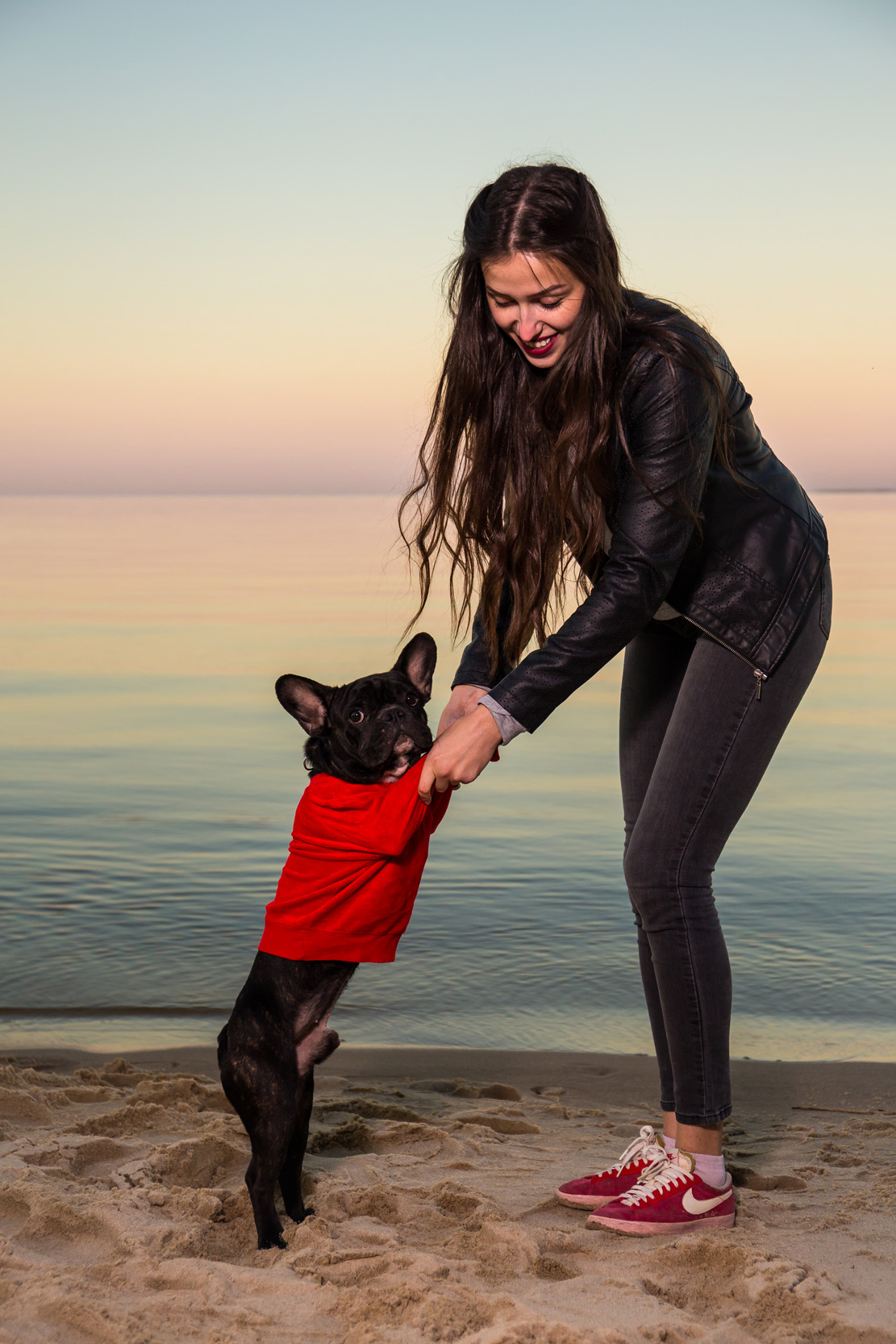 девушка играет с собакой, девушка с французким бульдогом