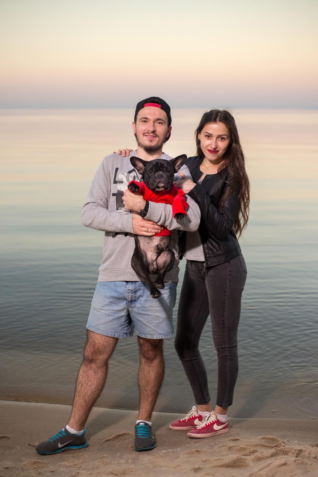 пара с собакой у воды, на пляже с собакой, фотосессия с собакой