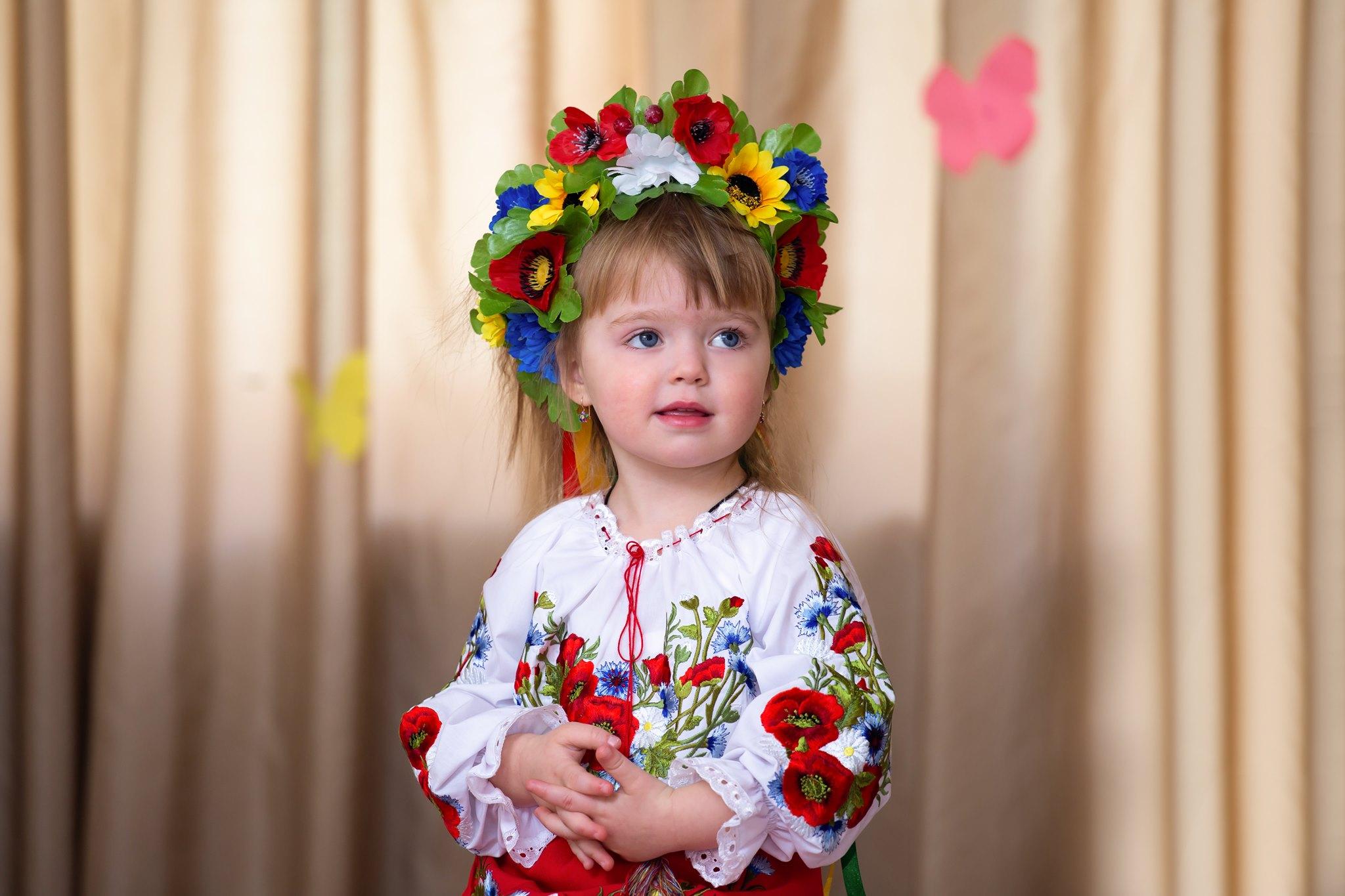 утренник в детском саду фото, фотографии детей на утреннике, девочка с венком фото, маленькая девочка в украинском народном наряде